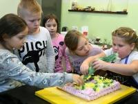 001 Alla koolitab Sindi noori tordi valmistajaid. Foto: Urmas Saard
