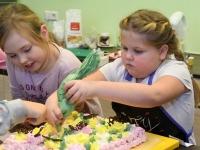002 Alla koolitab Sindi noori tordi valmistajaid. Foto: Urmas Saard