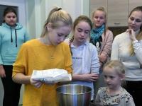 015 Alla koolitab Sindi noori tordi valmistajaid. Foto: Urmas Saard