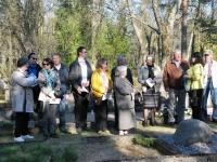 002 Arnold Tikmanni hauatähise taasavamisest. Foto: Urmas Saard