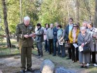 013 Arnold Tikmanni hauatähise taasavamisest. Foto: Urmas Saard