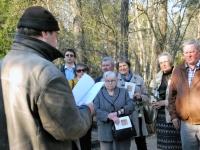015 Arnold Tikmanni hauatähise taasavamisest. Foto: Urmas Saard