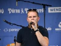 002 Daniel Levi Viinalass ansambliga Pärnus Vaasa pargis. Romek Kosenkraniuse tervitus.Foto: Urmas Saard
