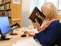 006 Eneli Arusaar, tuntud inimene Sindi linnaraamatukogus. Foto: Urmas Saard
