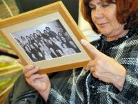 008 Viivi Palmissaar vaatab fotol (Sindi õmblusringi liikmed aastast 1950) olevaid nimesid