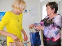 Mari Suurväli, Pärnu Väärikate ülikooli projektijuht, annab Julia Laffranqu'le üle pärnakate poolse tänumeene