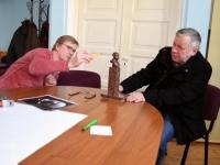 014 Ülo Kirt ja Jüri Kask, Julius Friedrich Seljamaa mäletsumärgi valmimine on töös. Foto: Urmas Saard