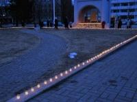 001 Märtsiküüditatute mälestuseks süüdatud küünlad Pärnus Rüütli platsil. Foto Urmas Saard