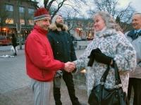 003 Pärnu memento ühenduse esimees Isabel Maripuu tänab abilinnapead Melis Kukke. Foto: Urmas Saard