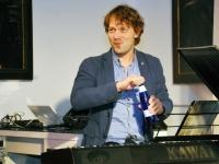 002 Methe Danefeldt kontserdiga Avangard Galeriis. Foto: Urmas Saard