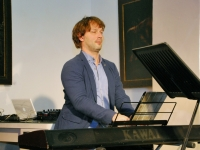 014 Methe Danefeldt kontserdiga Avangard Galeriis. Foto: Urmas Saard