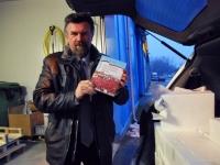 003 Mati Sutt raamatuga on lipurivis malevlaste viirud... Foto: Urmas Saard