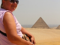 006 Piia Karro-Selg Giza püramiidide juures. Foto: Mikko Selg