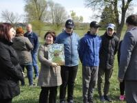 003 Laiuse Jaan Poska põhikooli direktor Siiri Rahn kinkis suursaadikule raamatu. Foto Jõgeva vallavalitsus