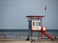 001 Punane lipp Pärnu keskrannas hoiatab sinivetikate eest. Foto: Urmas Saard