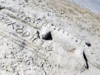 004 Rait Pärg juubelipäeval Pärnu rannas liivaskulptuuride keskel. Foto Urmas Saard