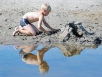 008 Rait Pärg juubelipäeval Pärnu rannas liivaskulptuuride keskel. Foto Urmas Saard