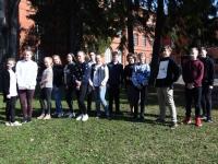 001 Õpetaja Made Uiga õpilased, kellega 2013-2014 õppeaastal alustati tammede kasvatamist. Foto: Urmas Saard