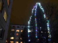 001 Sindi jõulupuu korrusmajade vahel. Foto: Urmas Saard