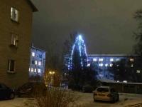 002 Sindi jõulupuu korrusmajade vahel. Foto: Urmas Saard