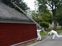 001 Sindi muuseumi katuse tõrvamine. Foto: Urmas Saard