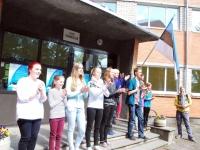 Sindi gümnaasiumi õpilased tervitavad Valgjärvest saabuvaid külalisi