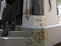 001 Vandaalid mäkerdasid Pärnu Vabadussõja monumenti. Foto: Urmas Saard