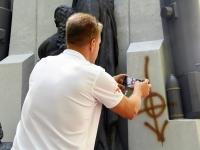 007 Vandaalid mäkerdasid Pärnu Vabadussõja monumenti. Foto: Urmas Saard