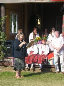 Õerutajaid õnnitleb 50. sünnipäeva puhul valla avalike suhete spetsialist Leili Kuusk