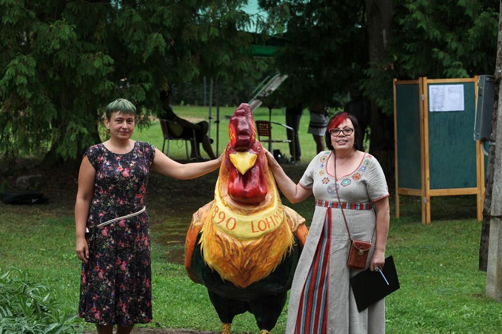 Õnneliku Kuke kuju avamisel kunstnik Anni Irs ja kogukonnaelu edendaja Liia Ust (paremal) Foto erakogu