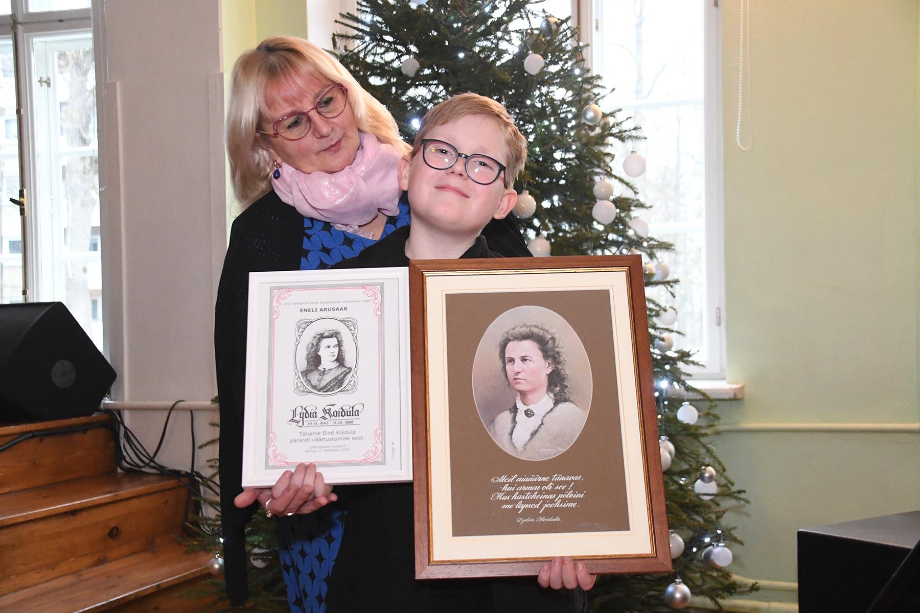 Õpetaja Eneli Arusaar ja XXIII üleriigilise noorte luulekonkursi Koidulauliku valgel võitja Braian Kulp. Foto Urmas Saard