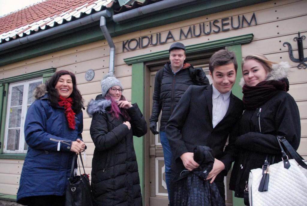 Õpetaja Ilona Veike ja Sindi gümnaasiumi meediaõpilased Koidula muuseumist väljumas Foto Urmas Saard