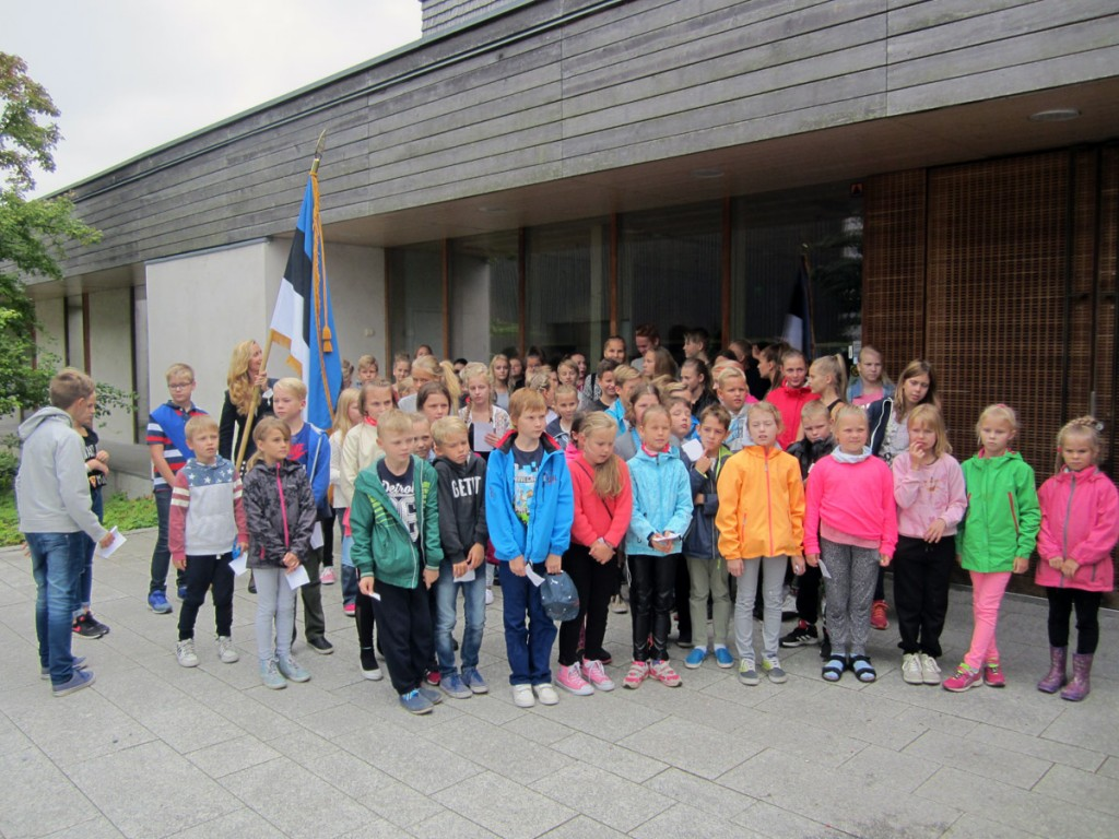 Õpetaja ja õpilased Helsingi Latokartano põhikoolile kingitud Eesti lipuga Foto erakogust