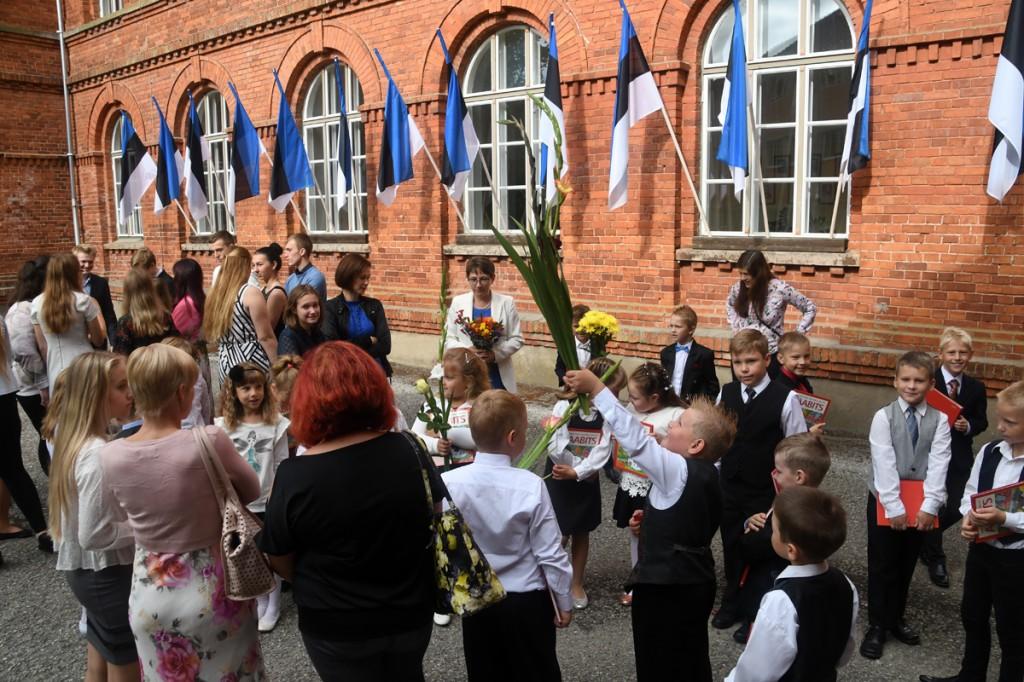 Õppeaasta algus Sindi gümnaasiumi kooliõuel Foto Urmas Saard