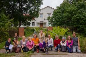 Ökokogukonna Väike Jalajälg tuumik Mõisamaa mõisa ees. Foto: Paavo Eensalu