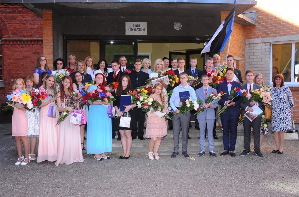 Ühispilt Sindi gümnaasiumi 9 ja 12 klasside lõpetajatega Foto Peeter Roots