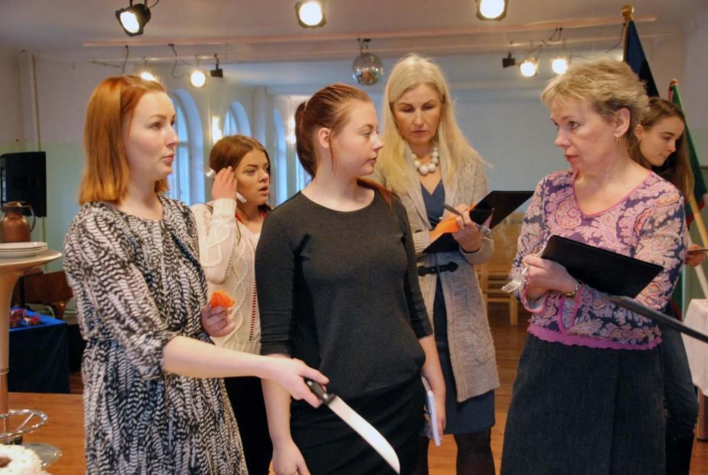 Žürii liikmed ja kooli ajakirjandusõpilased arutlevad parima maitse üle Foto Urmas Saard
