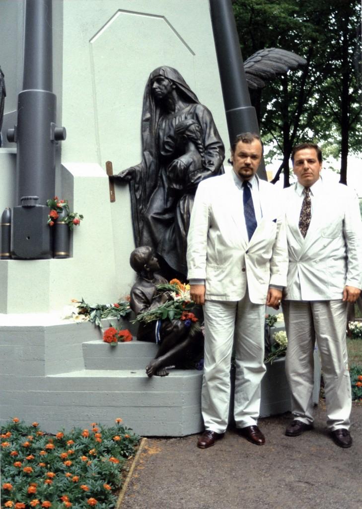 1993.07. Hannes Walter ja Ali Rza-Kulijev 1993 a juulis Pärnus taastatud Vabadussõjas langenute mälestusmärgi juures Foto ESHL arhiivist