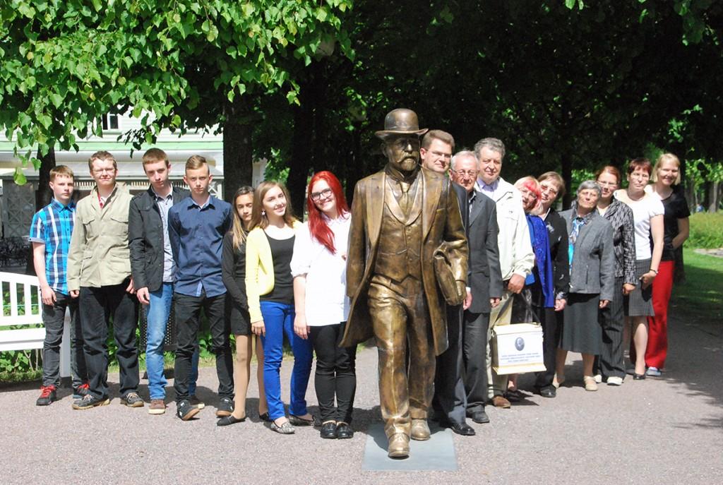 2016. a suvel tehtud fotol näeb Tallinnas Kadrioru pargis sammumas Jaan Poska järel Sindi gümnaasiumi õpilasi ja Sindi ajalooklubi rahvast. Foto Urmas Saard