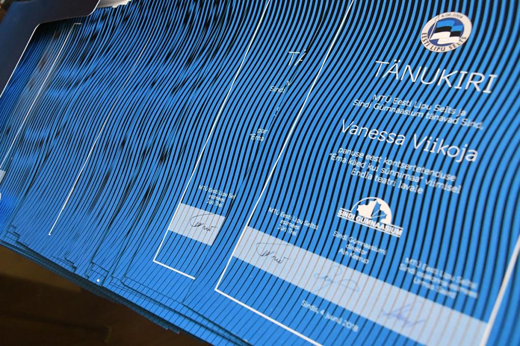 93 tänukirja lipu seltsilt ja Sindi gümnaasiumilt Foto Urmas Saard