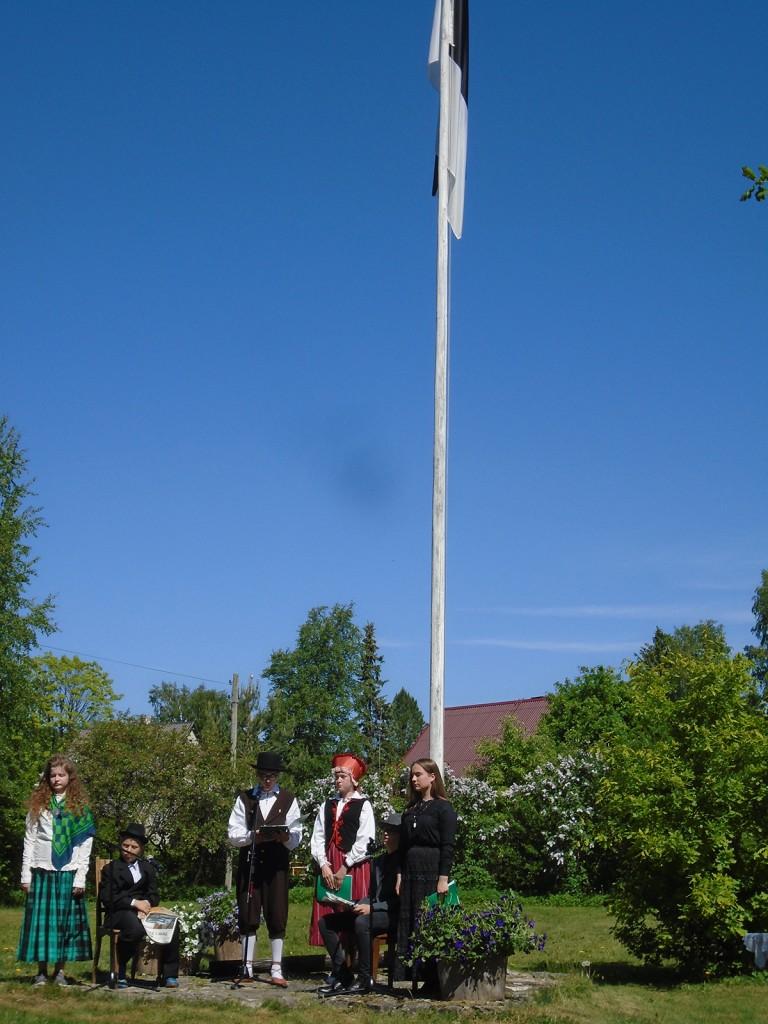 Aastapäevalised muuseumi lipumasti juures