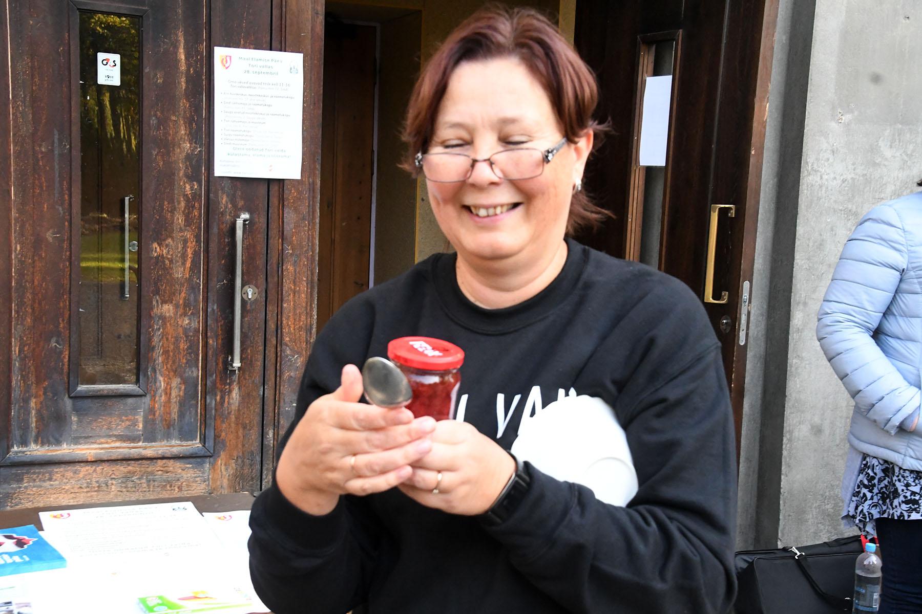 Abivallavanem Signe Rõngas astub Sindi raekoja uksest välja maasikamoosiga, millega kostitab Tori valla elanikke. Foto Urmas Saard