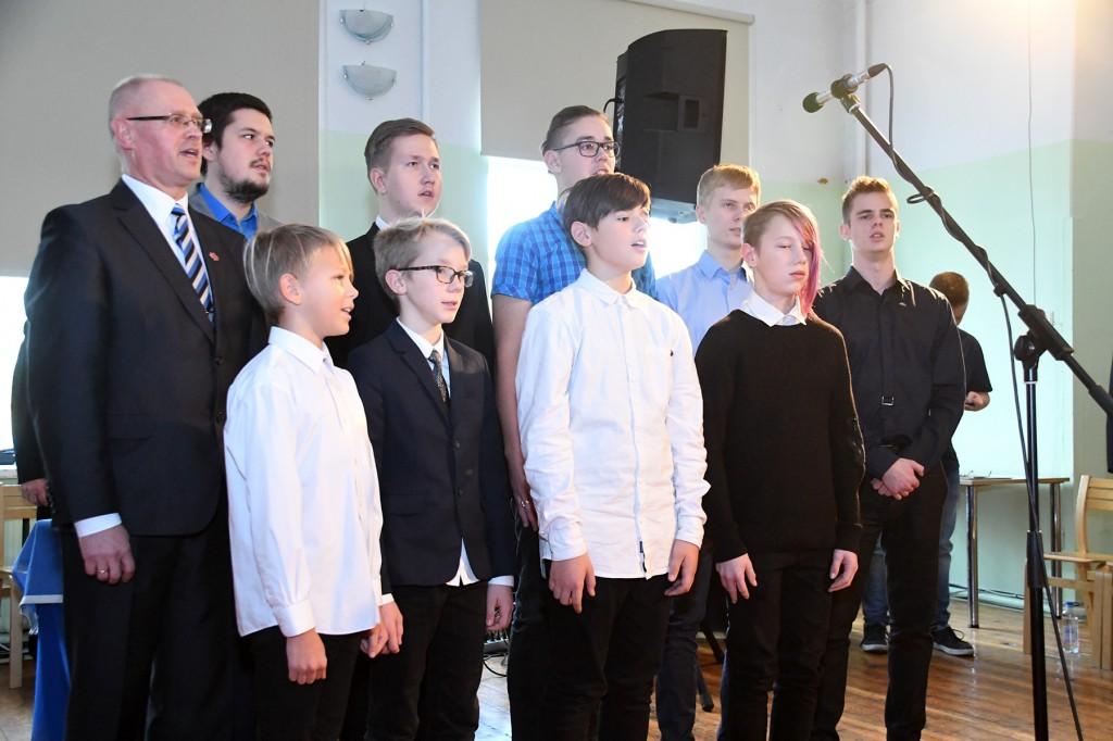 Ain Keerup laulab koos Sindi gümnaasiumi õpilastega Jää vabaks Eesti meri Foto Urmas Saard