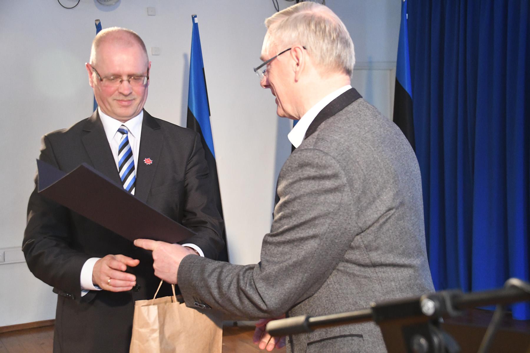 Ain Keerup võtab vastu Eesti lipu seltsi tänukirja, mille annab üle juhatuse liige Trivimi Velliste. Foto Urmas Saard