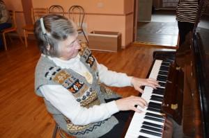 Aino Reemann klaveril esinemas