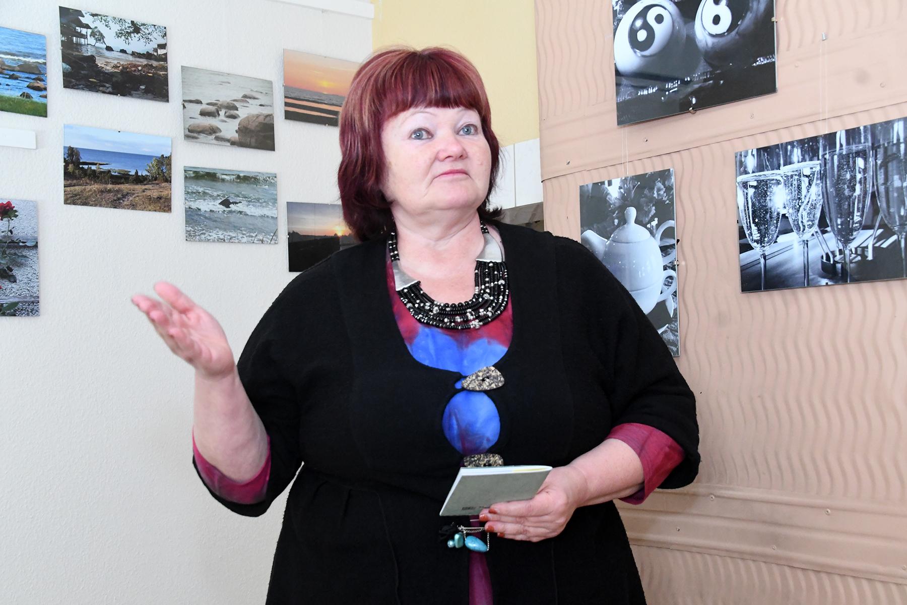 Aire Koop loeb Sindi sotsiaaltöökeskuses varalahkunud Mikk Rätsepa fotonäituse avamisel harrastusfotograafi enda loodud värsse. Foto Urmas Saard