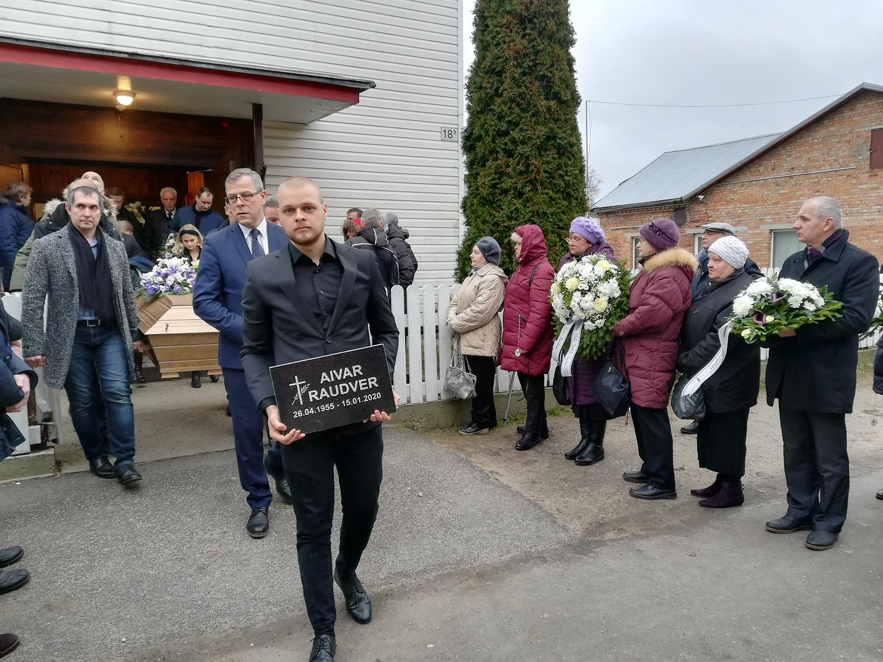 Aivar Raudver kantakse Saalemi kirikust välja. Foto: Urmas Saard