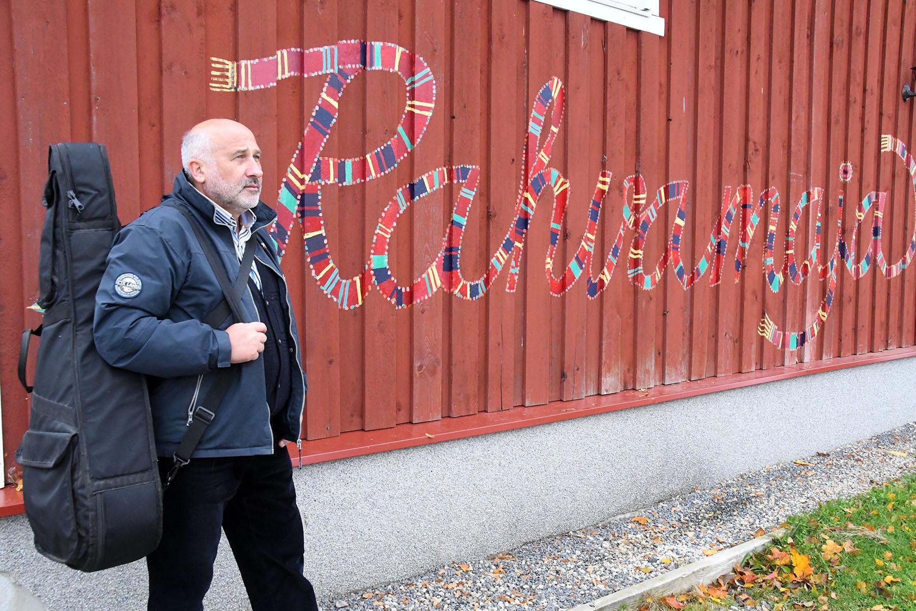 Aleksey Vasijev läheb Kergus asuvasse Kaisma rahvamajja esinema. Foto Urmas Saard
