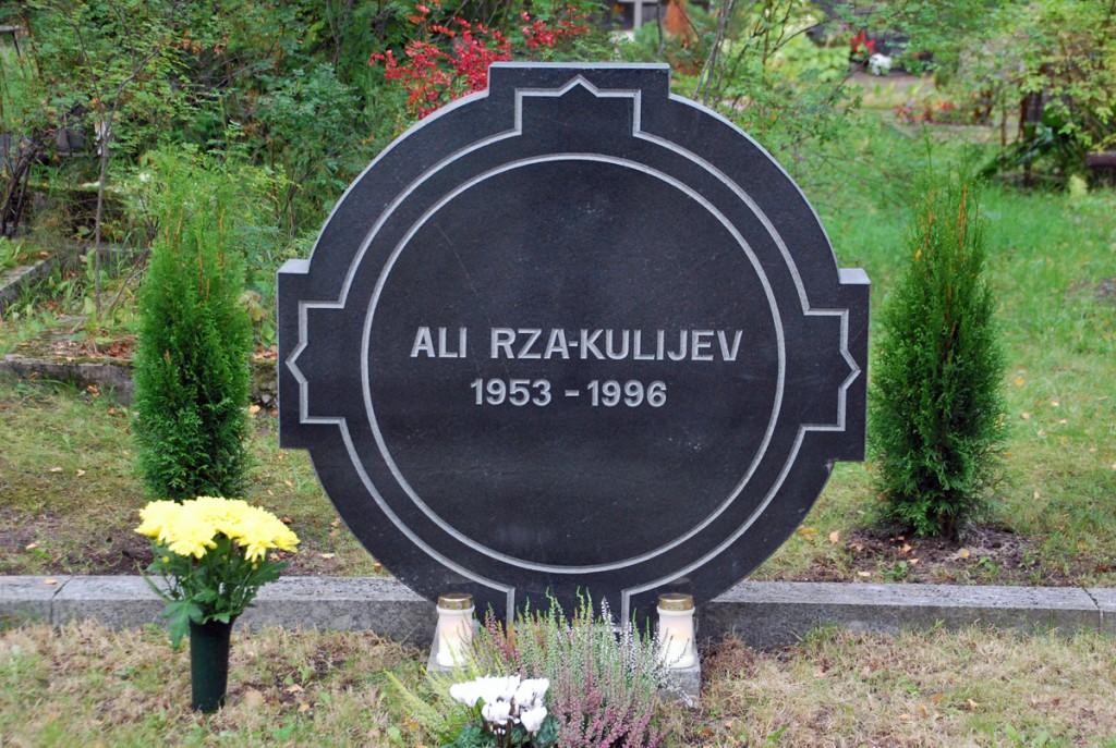 Ali Rza-Kulijev lasi projekteerida oma tulevasele kalmule mälestuskivi, millel olevad kujundid on seotud mitmete maailmarahvaste religioonide ja muude sümbolitega, mis natuke ka tema päritolu meenutavad Foto Urmas Saard