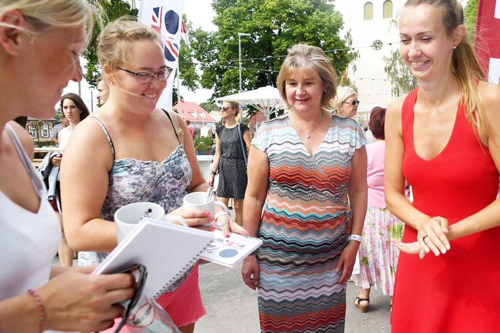 Alison Beckett (keskel), Briti saatkonna asesaadik Foto Urmas Saard